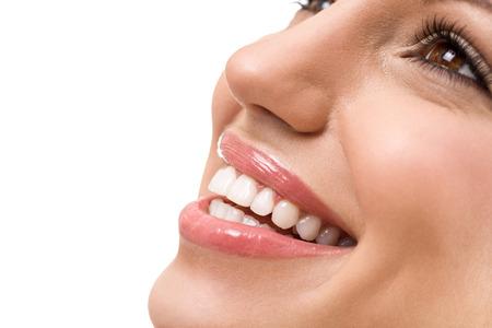 La gran sonrisa con dientes blancos y rectos, mujer joven con dientes sanos
