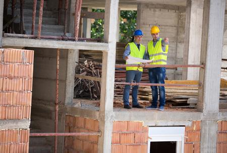 trabajadores: Arquitecto de sexo masculino y su edificio de la planificación futura pareja