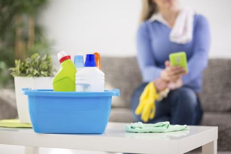 El ama de casa a preparar productos de limpieza para limpiar la casa