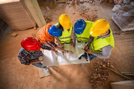 建築構造に関する多彩なハード帽子の建設チームのトップ ビュー