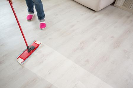 Close-up van de vloer schoonmaken actie met wisser