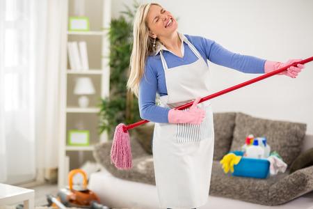 casalinga: Divertente casalinga fanno battuta con bastone jogger