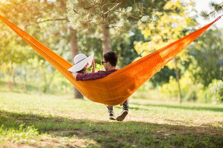 Jonge man en vrouw op hangmat in de groene natuur van rug