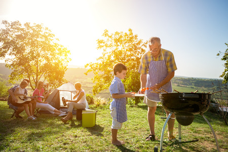 Extended barbecue de cuisine familiale dans le parc