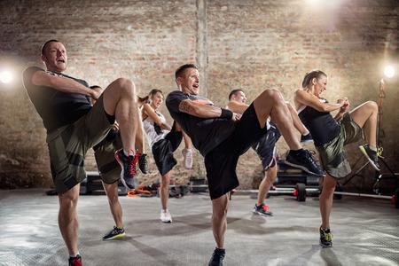 Gruppe von Menschen, Kick, Training Klasse zu üben