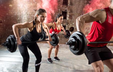 Jeunes bodybuilders ont une formation avec haltère Banque d'images - 55301254