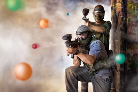 銃を持った 2 つのプレーヤーの paintball のゲームをプレイします。 写真素材