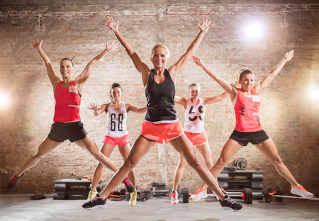 Grupo de mujeres que hacen ejercicio de salto deportivo
