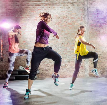 Arbre femmes pratiquant la danse séance d'entraînement Banque d'images - 55301518