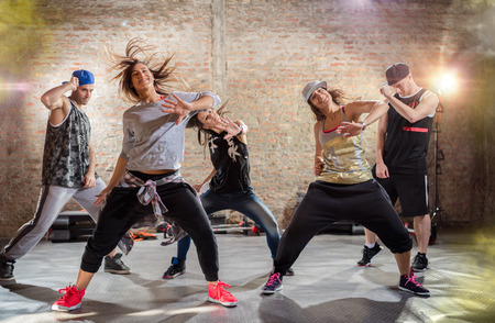 Groupe de jeunes dansant, style urbain de la pratique Banque d'images - 55301686