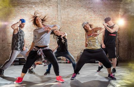 Gruppe junger Menschen tanzen, urbanen Stil des Übens