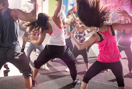 フィットネス: 都市のダンス スタジオのクラスの人々 のグループ