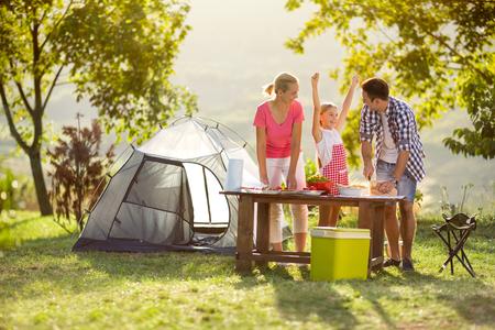 junge, glückliche Familie auf Urlaub in der Natur Standard-Bild