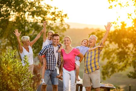 glückliche Familie auf Urlaub zusammen aufwerfen Konzept Lizenzfreie Bilder