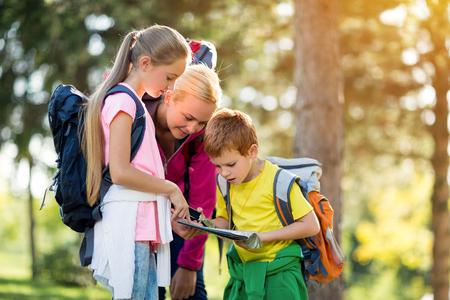母と子供たちをハイキング マップします。 写真素材
