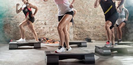 ejercicio aeróbico: piernas musculares en la formación steppers Foto de archivo