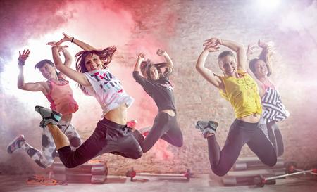 les jeunes qui pratiquent la danse séance d'entraînement de remise en forme