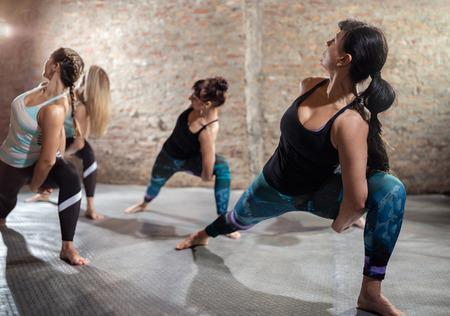 gimnasia aerobica: Grupo de mujer ajuste estiramientos, fitness y aeróbic