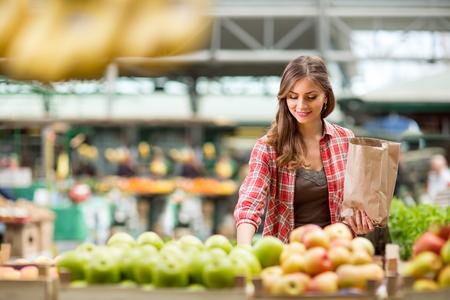 시장에서 과일을 사는 쇼핑 여자 스톡 콘텐츠