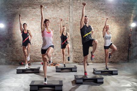 gimnasia aerobica: Clase de aeróbicos, grupo de personas que hacen ejercicio