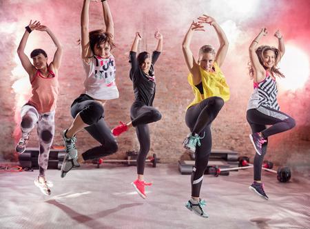 Skupina mladých žen tančí, zábavu a cvičení
