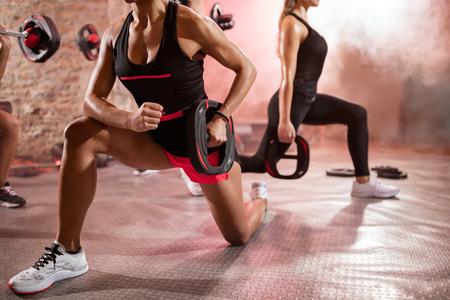 uomo rosso: persone muscolari esercitano con i pesi