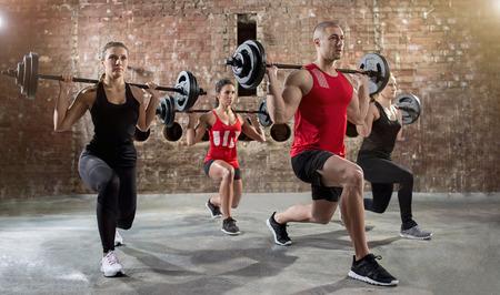 Gruppe junger eine Übung Body Pump Menschen Training