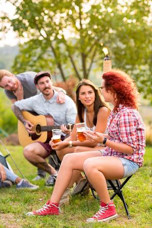socializando: Las mujeres y los hombres de socialización en la naturaleza
