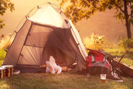 Junges Paar Sex im Zelt mit Standard-Bild