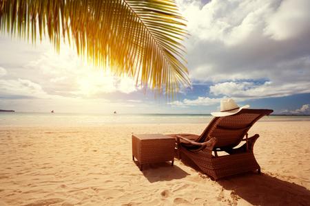 Chaises longues de luxe sur la plage, vacances d'été