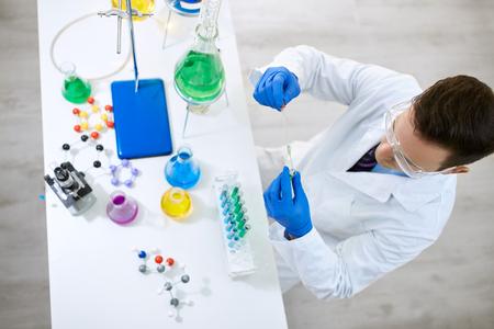 material de vidrio: experimento químico mediante el método de la ciencia vista desde arriba