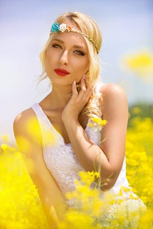 mujer hippie: hippie de la mujer sensual en flores amarillas