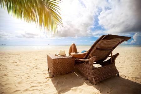 Relaks na leżaki na spokojnej plaży, wakacje i urlop