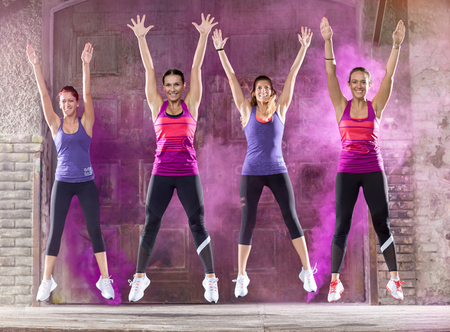 ragazze che ballano: Giovani ragazze sorridenti colorati ballare e saltare fuori