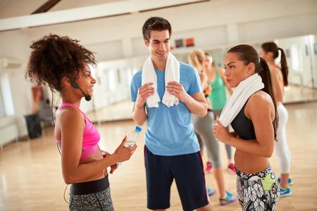 Jugendgruppe Ruhe und Erfrischung nach dem Training im Fitnesscenter