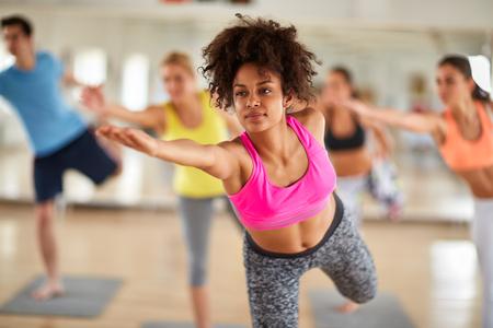 ejercicio aeróbico: Cerca de atractiva mujer rizada negro en el entrenamiento de estiramiento de interior