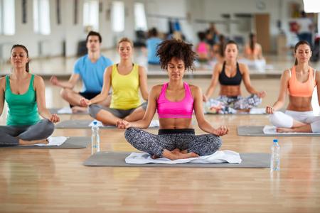 フィットネス センターでのヨガ瞑想グループ