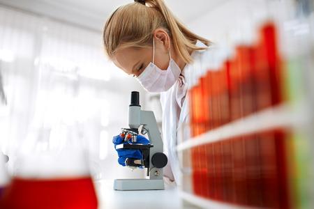 Laboratorio microscopio - donna esperimento chimico la ricerca medica Archivio Fotografico - 58044969