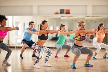 Fitness-Gruppe Übungen für Beckenendlage auf Fitness-Klasse Gestaltung Standard-Bild