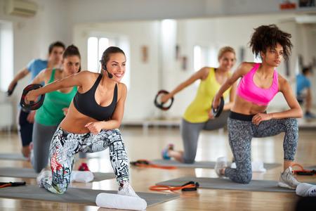 gimnasia aerobica: grupo hacen ejercicio en el gimnasio haciendo ejercicios con el peso de los brazos