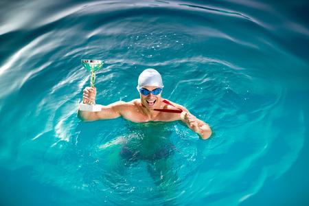 Gelukkig zwemmer met beker en medaille, sport winnaar
