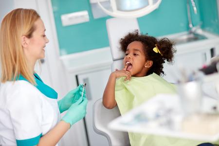 Nice little show girl dente di assistente dentale per la riparazione Archivio Fotografico