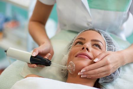 Beauty behandeling van het gezicht, hoge frequentie infrarood-spot remover