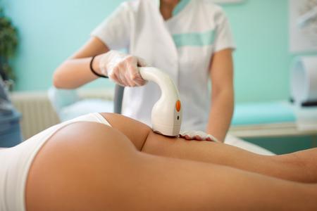 nalga: La piel y el cuidado del cuerpo, primer plano de la nalga tratamiento femenino de la depilaci�n l�ser en el sal�n de belleza