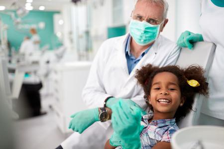 dentist: Niza niña feliz muestra los dientes después de la reparación