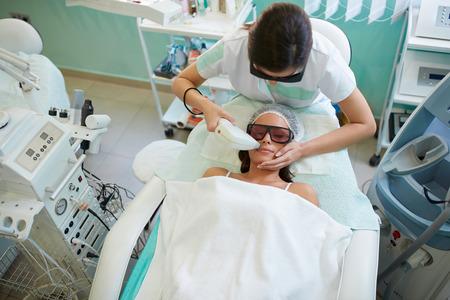 미용실에서 레이저 제모, 미용 미용 스파 클리닉에서 얼굴 털 제거를하는 여성