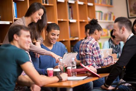 socializando: Los compañeros de clase de socialización y estudian juntos después de clase Foto de archivo
