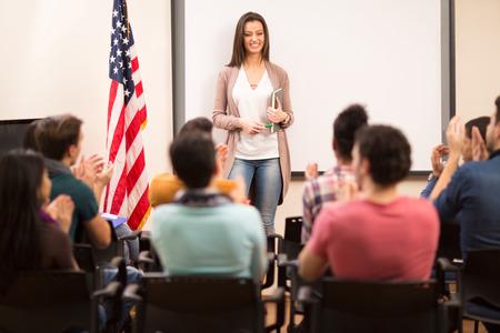 manos aplaudiendo: asistente satisfechos termin� la ense�anza de sus alumnos y las manos aplaudiendo