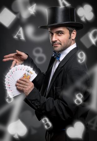realiza truco del mago con las cartas, espectáculo de magia