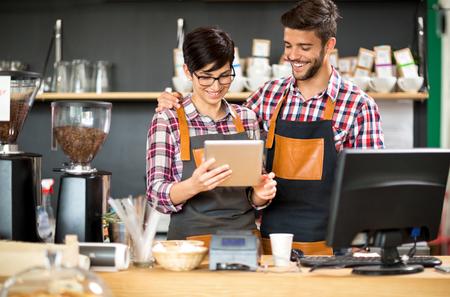 법안에 만족 한 상점 주인을 테이블에 가져 가라.
